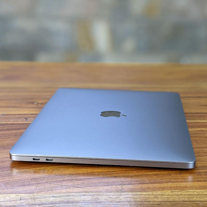 Macbook Pro 2018 13.3inch touch bar có nhiều cổng kết nối hơn phiên bản thường