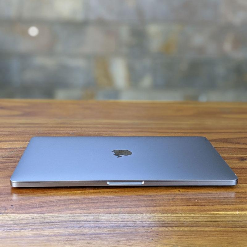 Macbook Pro 2018 13.3inch touch bar vỏ máy làm bằng nhôm nguyên khối cứng cáp